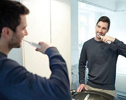 Man putzt sich Zähne mit Schallzahnbürste